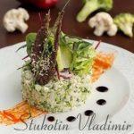 Сыроедческий салат с капустой, соусом из кешью и льняным чипсом