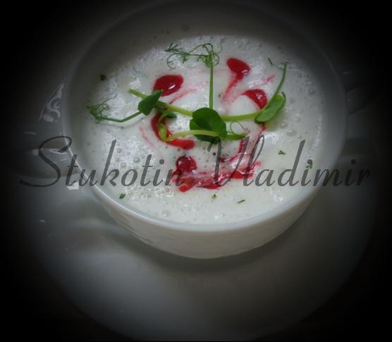 Сыроедческий молочный суп с овощами под брусничным соусом