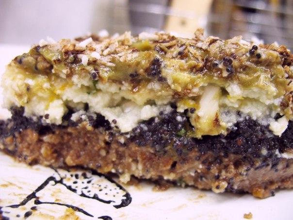 Сыроедческий миндальный торт с маком