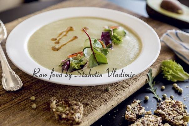 Сыроедческий крем-суп с тыквенными молочком и водорослями тосака