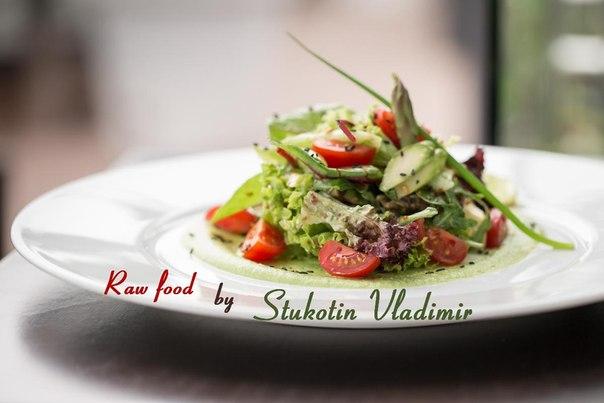 Сыроедческий салат из спаржи с помидором черри и гороховым соусом