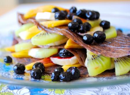 Сыроедческие блинчики из черники с кокосовыми сливками и ягодами