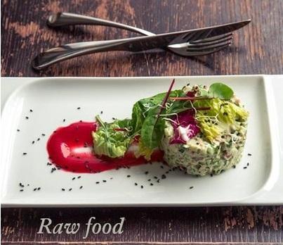 Сыроедческий чечевичный салат под малиновым соусом